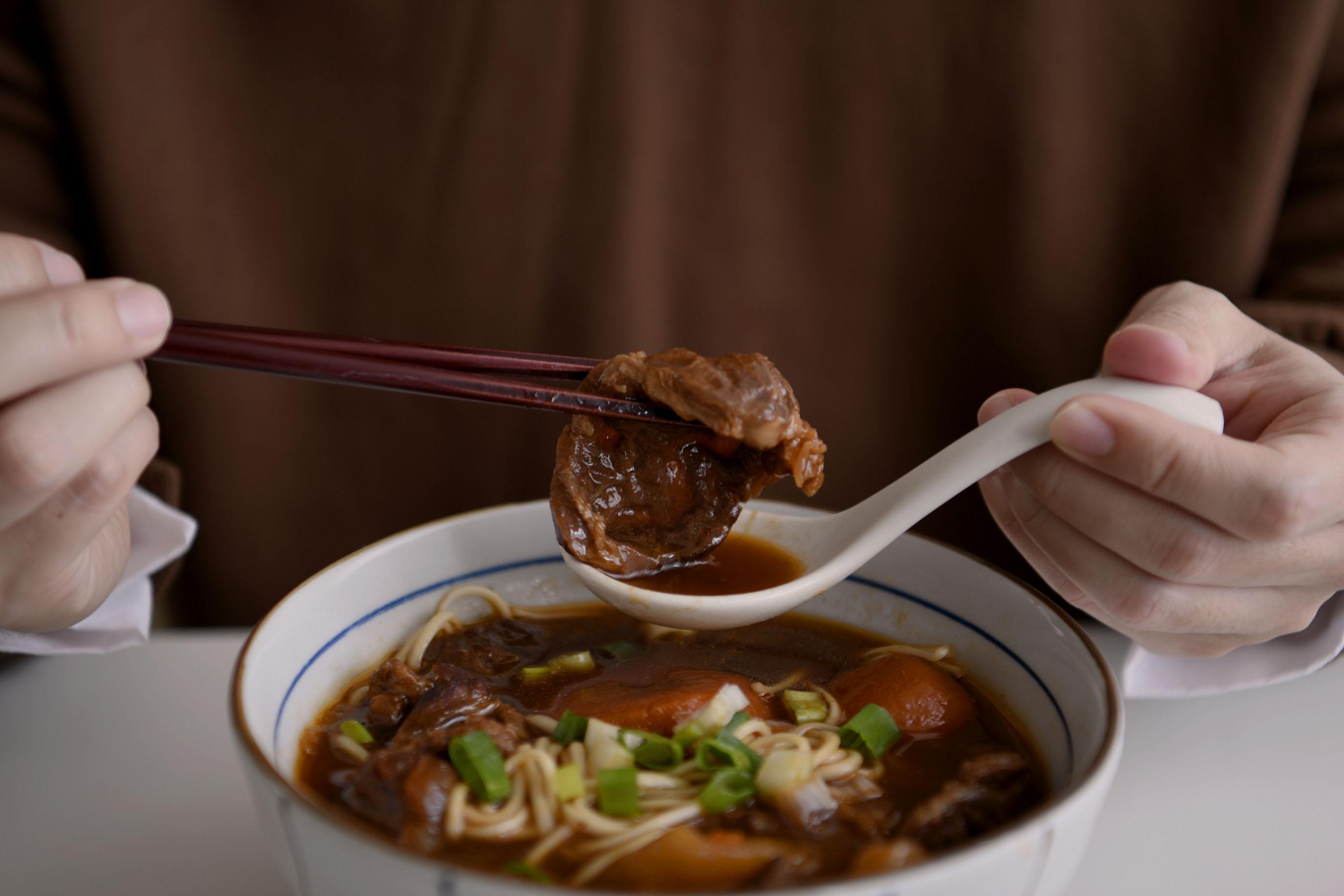 治癒人心的燉煮牛肉,原來幸福可以宅配到家|門前隱味牛肉麵