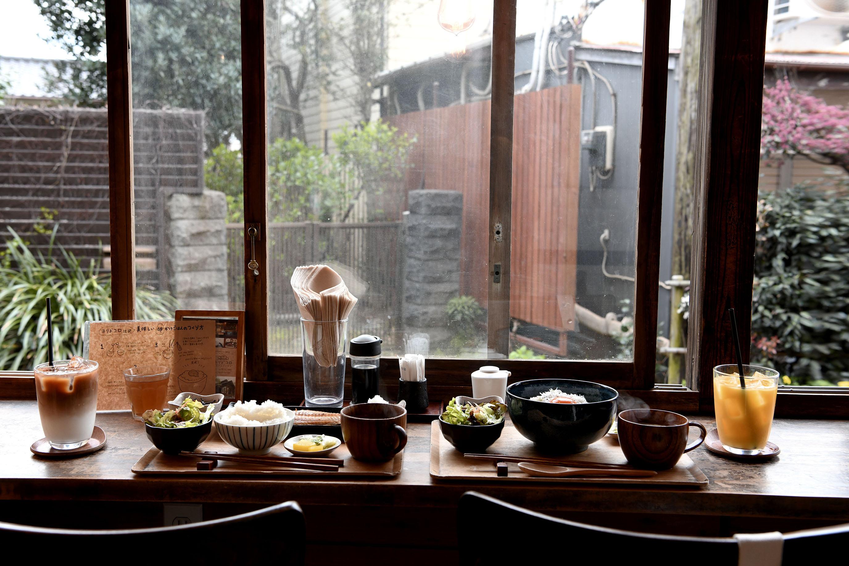 鐮倉ヨリドコロ|鐵道旁的日式咖啡館,電車緩緩駛過,成了最令人期待的景色。