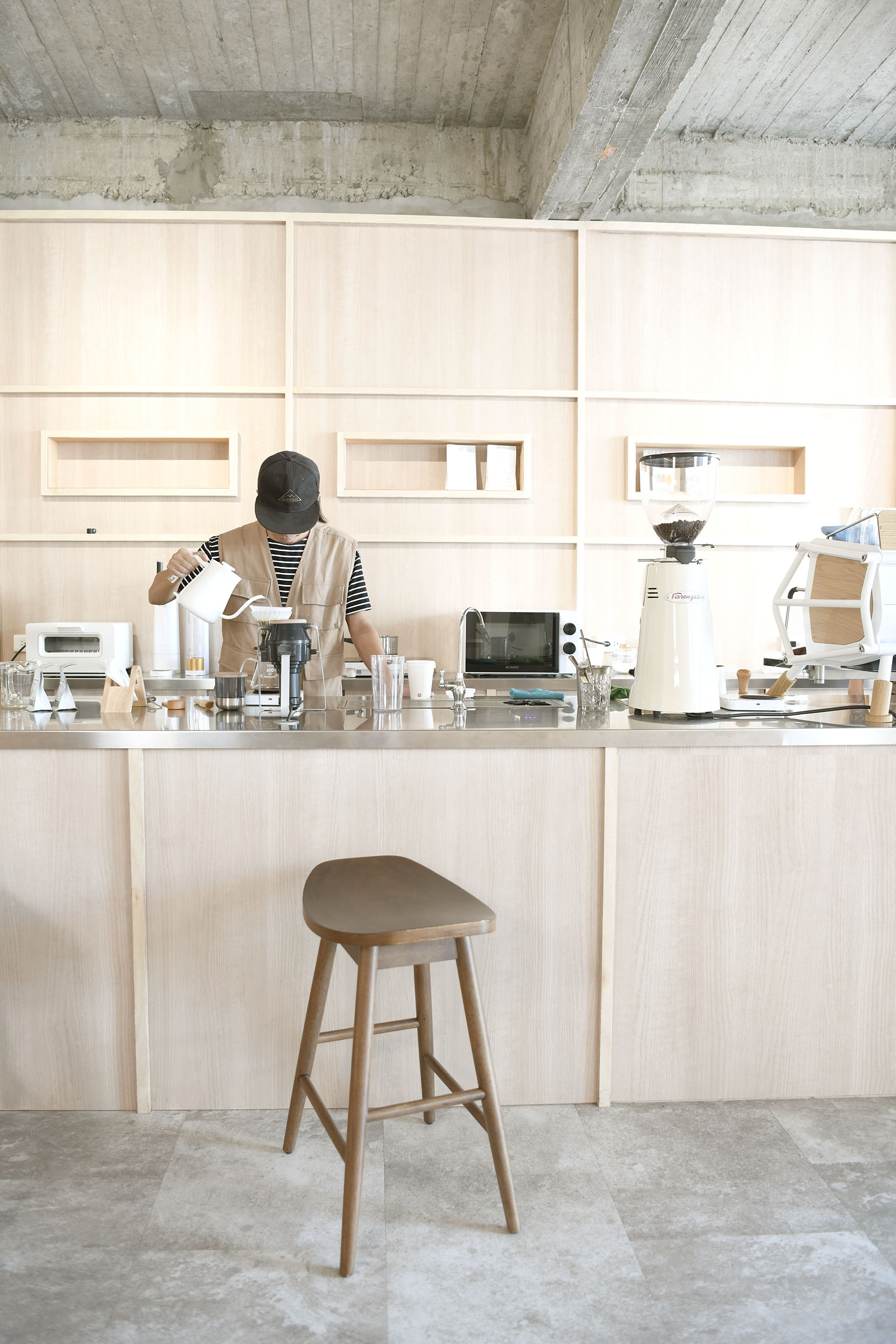 決定在鳥不生蛋裡開一間蠢咖啡,一起悠閒開心度日。