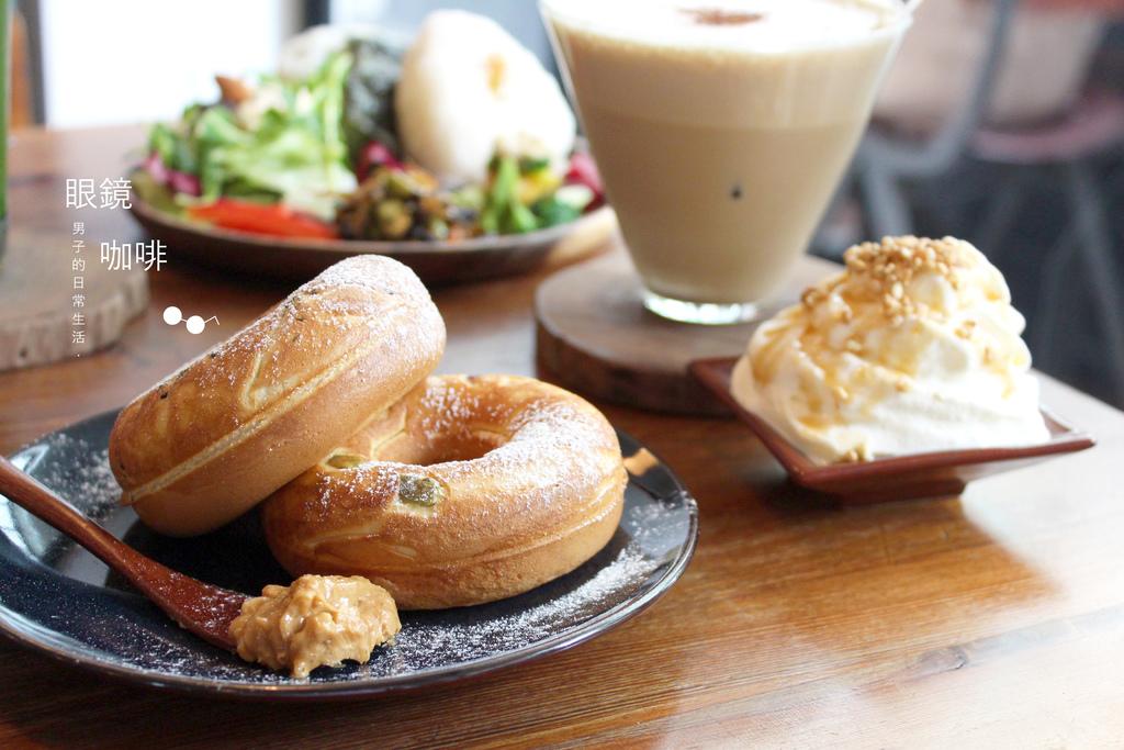 眼鏡咖啡|咖啡店裡的懷舊日式飯糰,木桌鐵椅飯食空間。 @MENS 30S LIFE