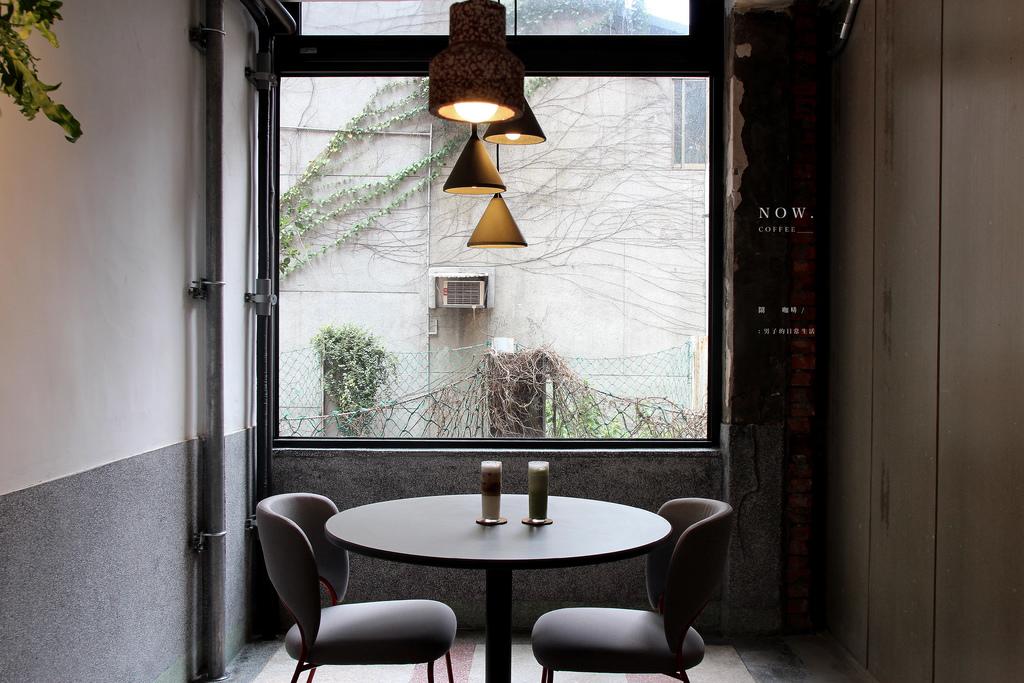 台北 鬧咖啡 NOW coffee,坐在窗前的灰色調,咖啡日常像是與其他無關。北門商圈/西門町咖啡/中正區美食【男子的日常生活】 @MENS 30S LIFE