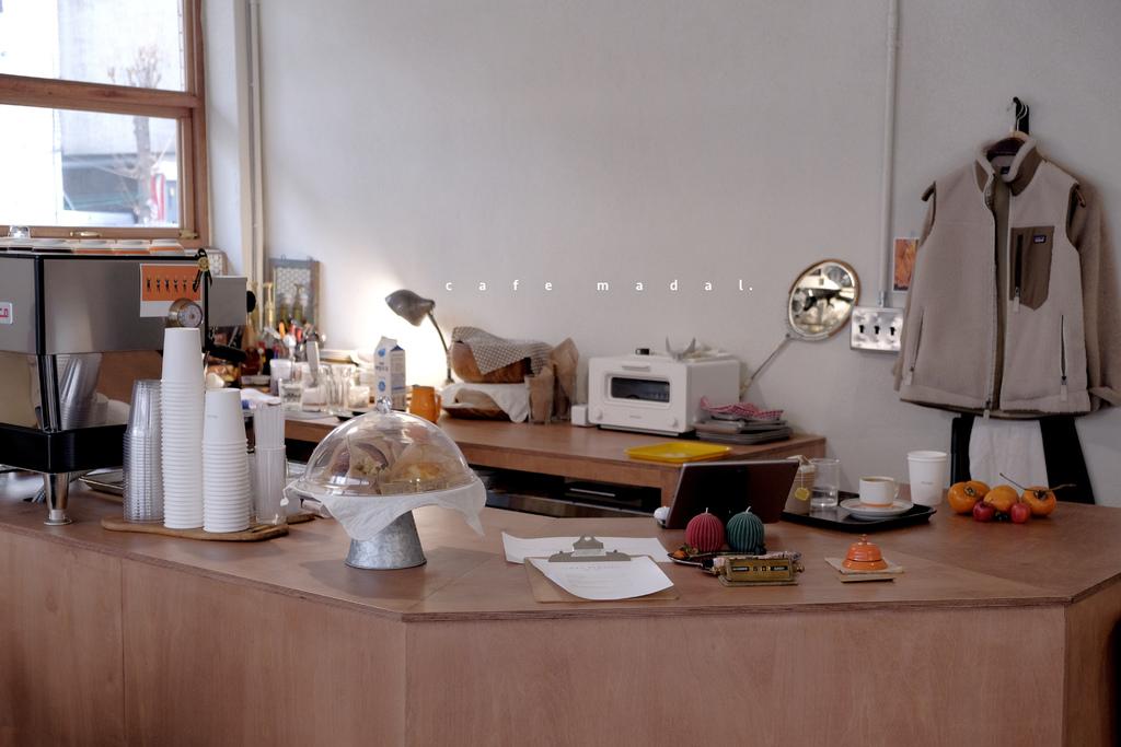 【男子首爾旅行】Café madal,法式風格咖啡館裡, 韓妞人手一瓶橘色果汁。松坡區/首爾咖啡/카페마달/這時首爾 @MENS 30S LIFE