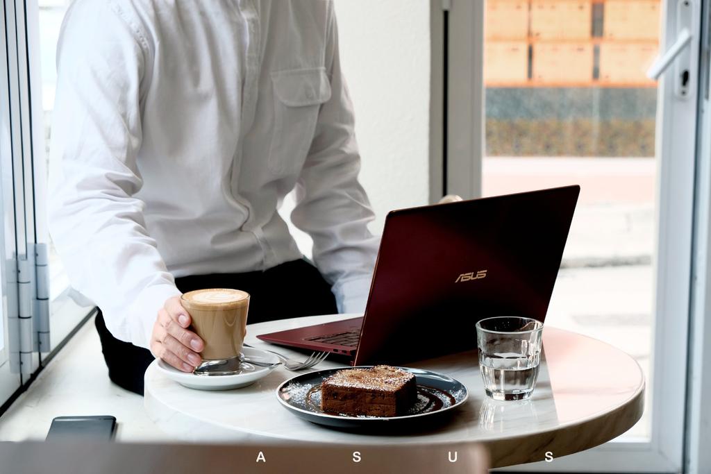 5.5°輕薄美力的日常夥伴ASUS ZenBook S|讓工作享受其中,搭配出個人城市自信風格。 @MENS 30S LIFE